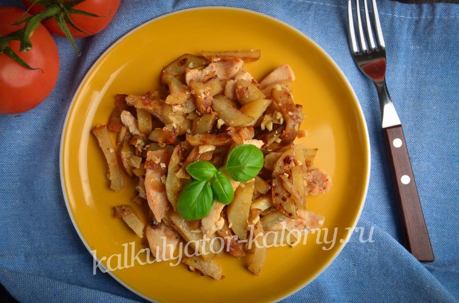 Жареный картофель с куриным филе и чесноком