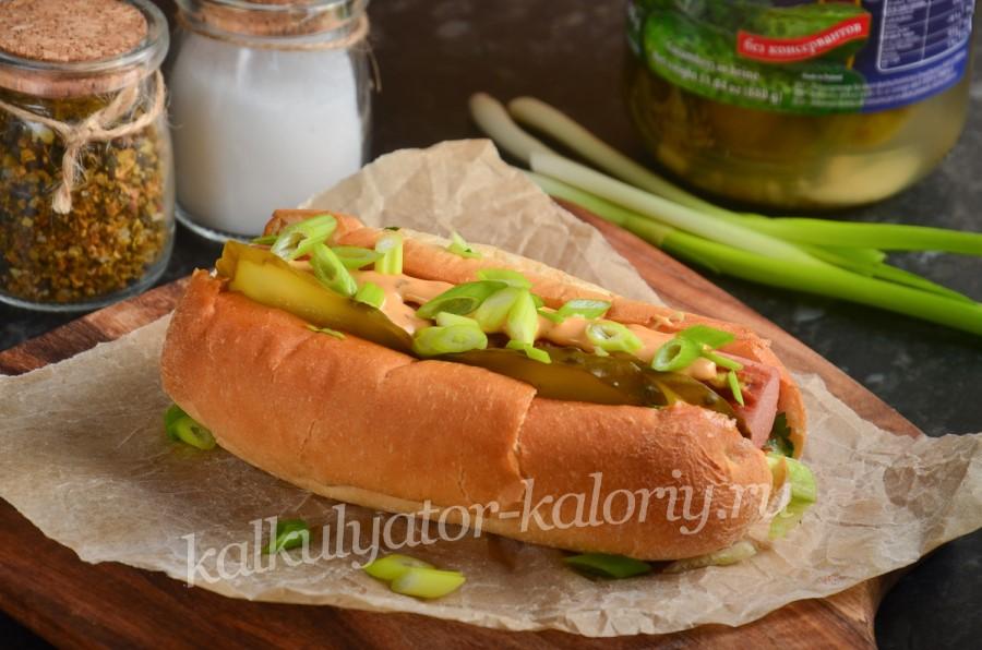 Домашний хот-дог с солеными огурцами