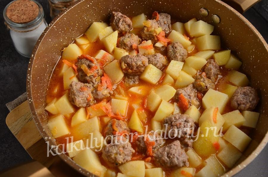 Картошка с фрикадельками в кастрюле