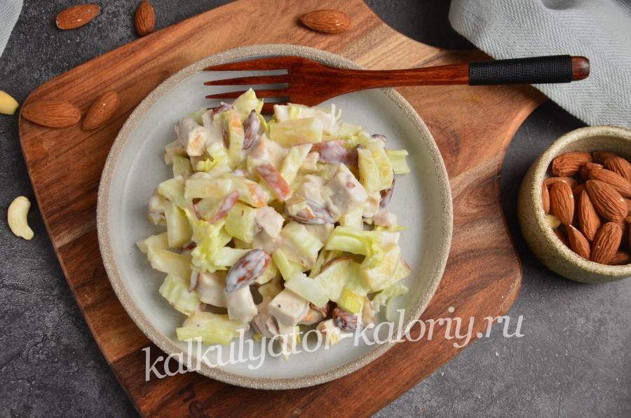 Салат с сельдереем, яблоком и курицей